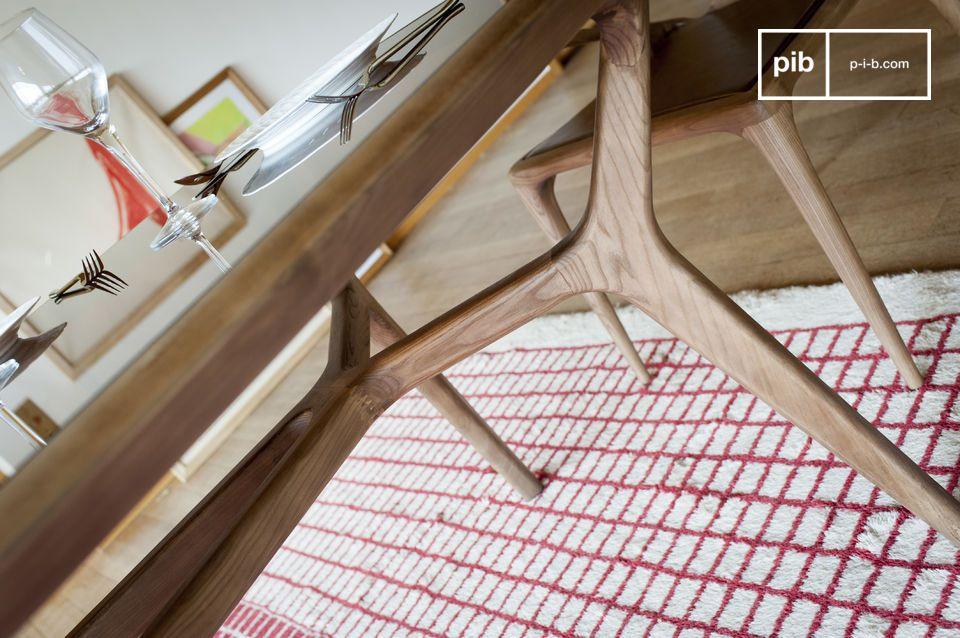 Ses lignes courbes et sa finition soignée sont le résultat d\'un remarquable travail