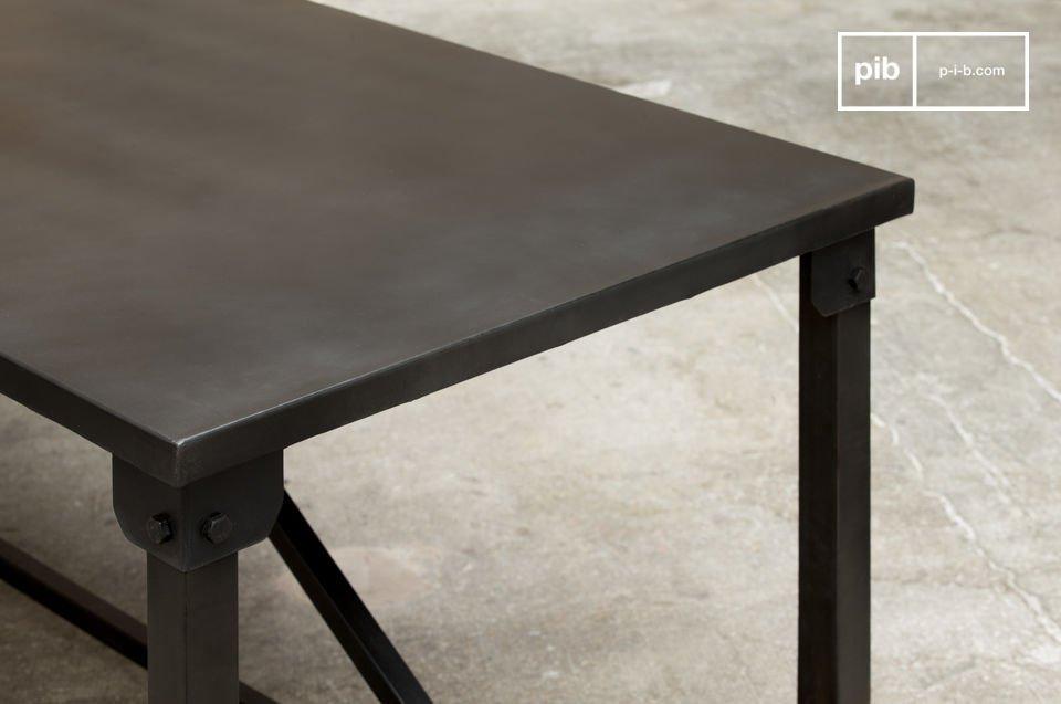 La table de repas Kerizel affiche un style résolument industriel par sa ligne carrée très sobre