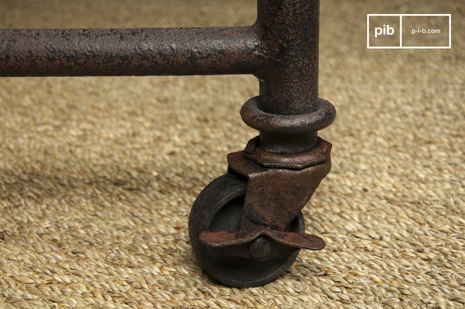Composée d\'un plateau en bois ancien massif traité monté sur une structure en acier
