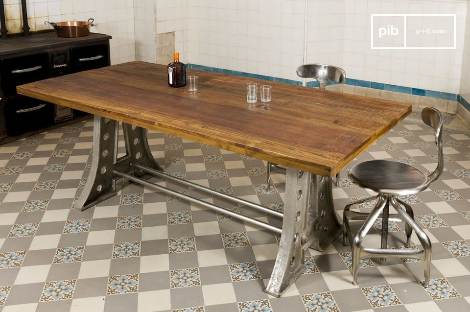 Optez pour un meuble qui a du  caractère, avec cette table Normandie et son esprit d\'ancienne table industrielle d\'atelier
