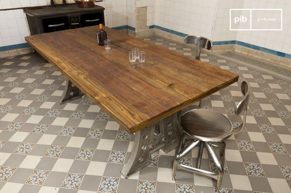 Une table de 210 centimètres en acier et teck ancien
