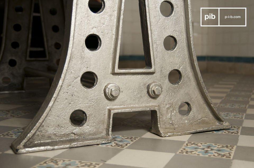 Une table de repas pratique, avec son double repose-pieds, et son plateau verni, qui s\'intègrera dans tous les styles d\'intérieurs, du plus classique au plus tendance
