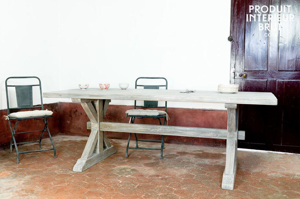 La conception tout en teck massif patiné de gris et son piètement traditionnel en bois confèrent