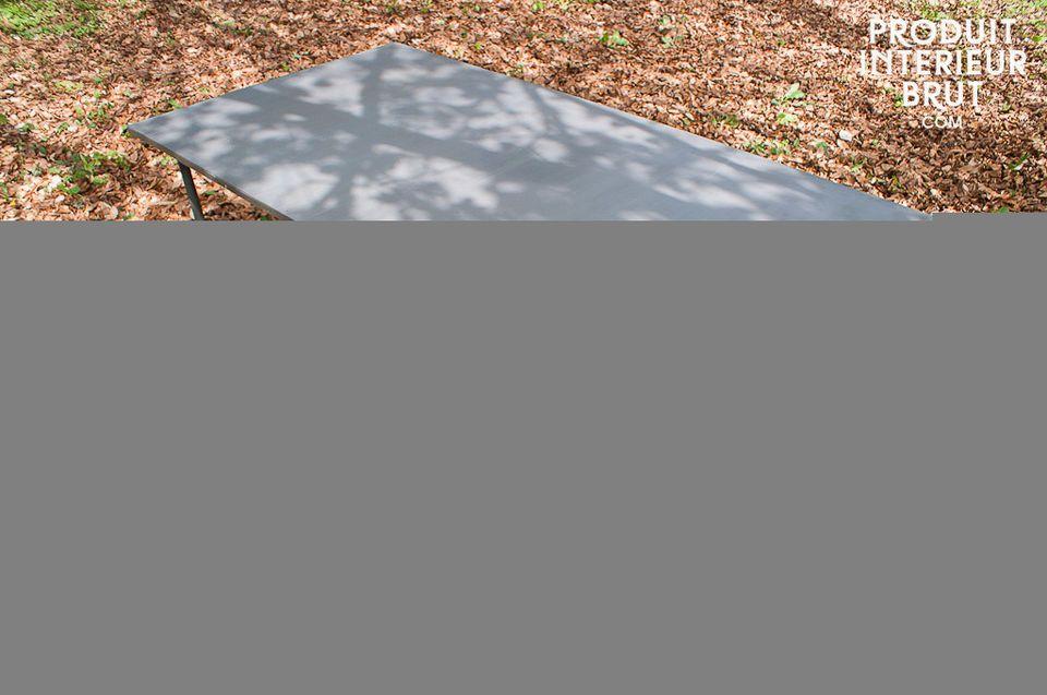 Table 100% métal, inspirée d'anciennes tables d'atelier