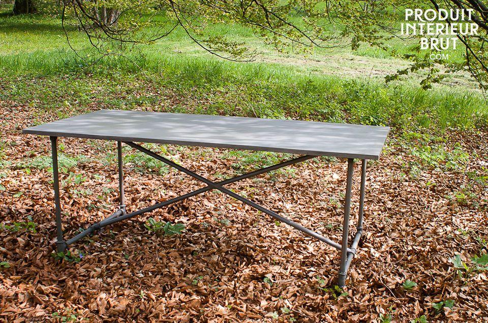 Pour faciliter le transport de la table, elle est livrée avec ses pieds démontés