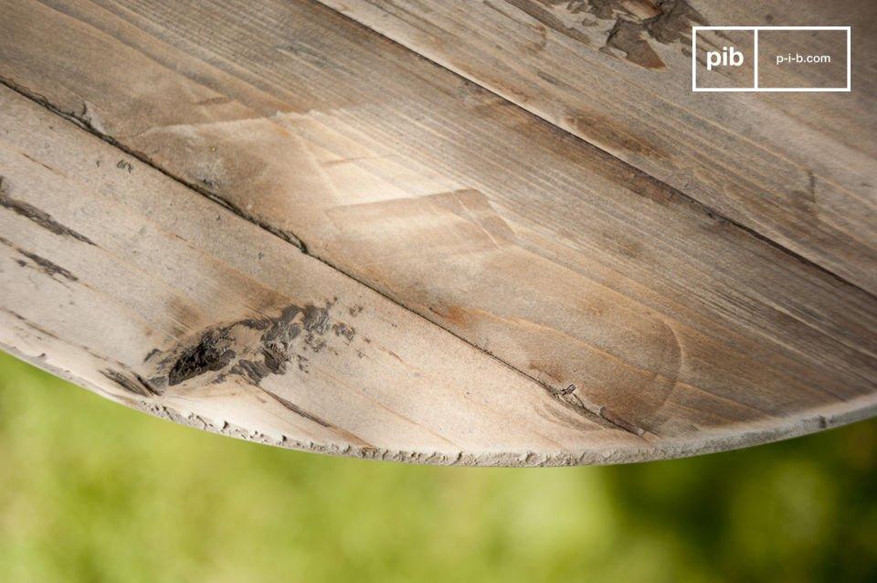 La table en bois ancien Adèle est un charmant petit meuble qui rehaussera le cachet à votre déco