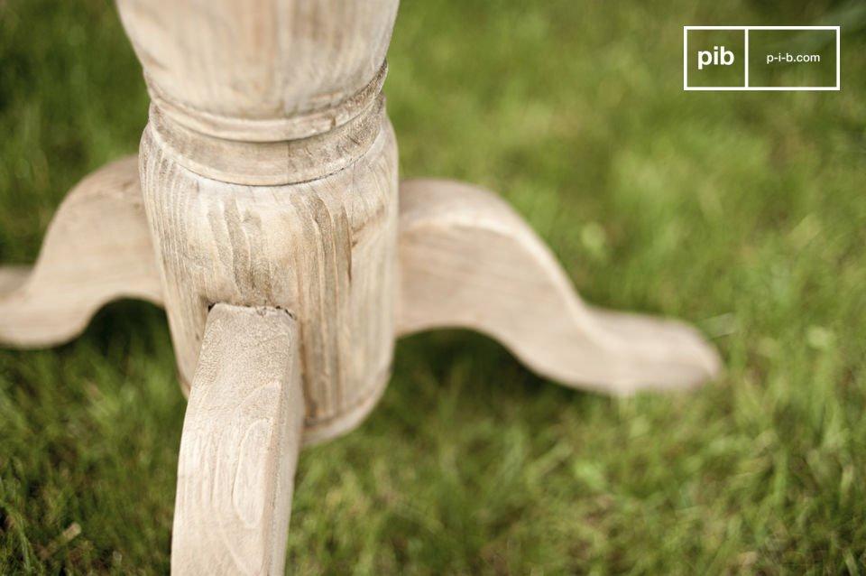 Entièrement réalisée en bois de pin ancien légèrement texturé