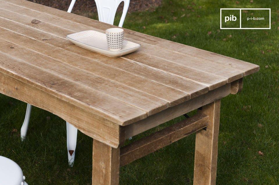 Affichant des belles dimensions, c\'est une table rustique idéale pour 6 à 8 convives qui trouvera tant sa place dans la salle à manger d\'un loft esprit vintage, que dans la cuisine  d\'une maison de campagne