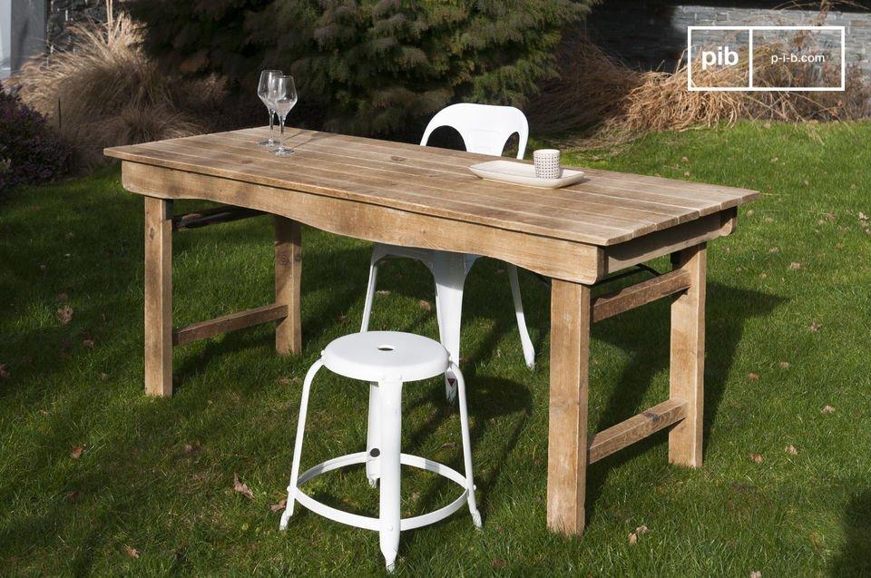 Particulièrement robuste, c\'est une table conçue pour traverser les décennies
