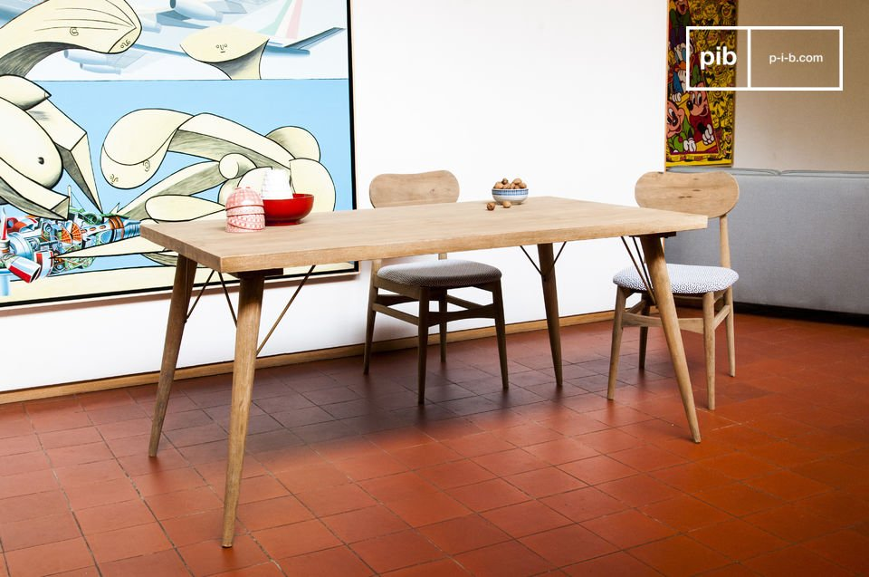 Belle table en bois clair naturel.