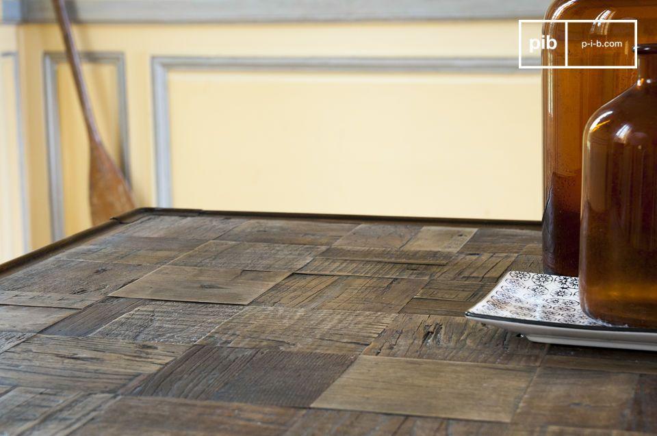 Les dizaines de carrés de bois donnent un léger relief à la table et font de chaque table une