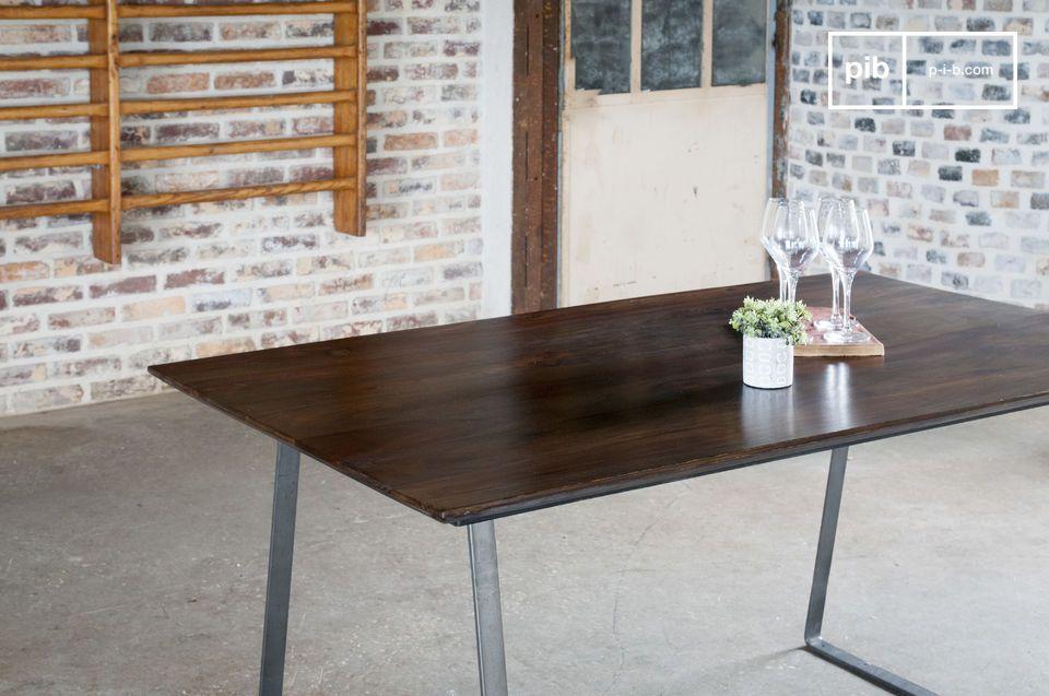 Une table aux références stylistiques entre industriel et scandinave vintage