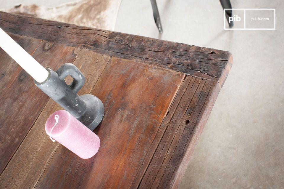Avec sa structure en fonte moulée gris fusil et son épais plateau en bois de teck