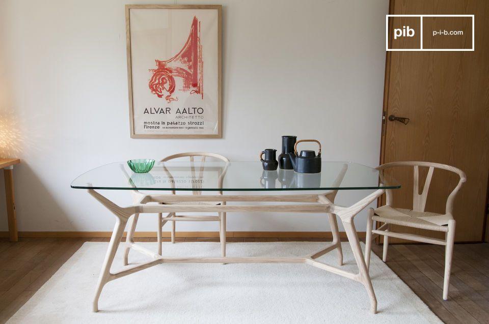 Une table de repas en verre et bois clair d'esprit nordique vintage