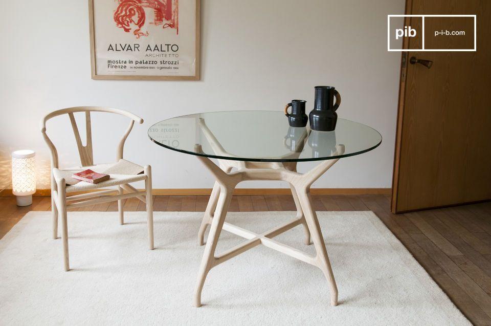 Une table ronde en creux et transparences, mariant bois massif et verre trempé