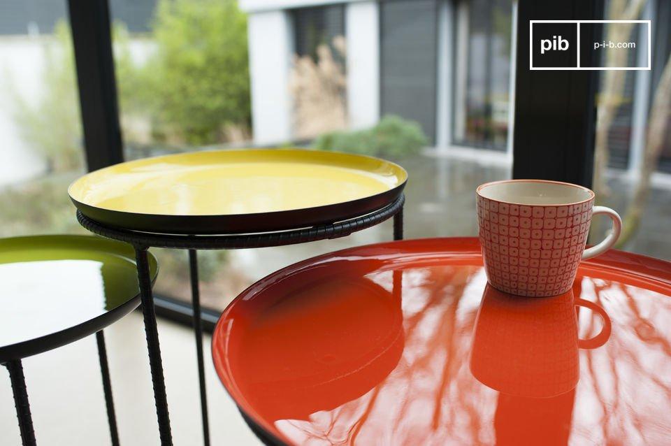 Set de trois tables en métal aux couleurs chatoyantes