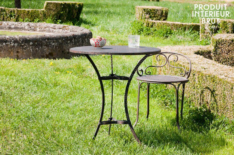 Avec son piètement tout en courbe, la table Giverny affiche une certaine grâce