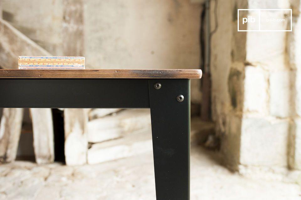 La table Doinel possède un plateau conçu en multipli de bouleau patiné et verni