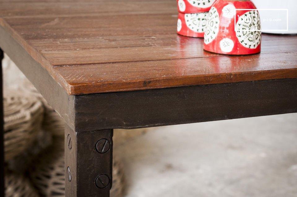 La table bois massif Masaï est un meuble dont la structure et les matériaux évoquent la belle
