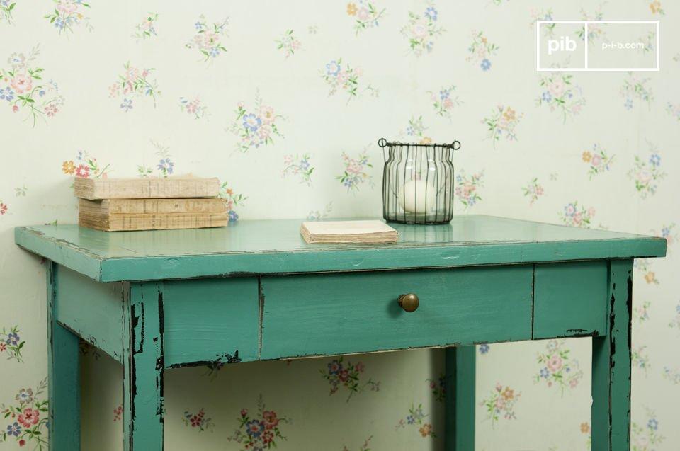 Entièrement réalisée en bois massif patiné dans une couleur bleue turquoise, la table Lila est une jolie table dotée d\'un aspect vieilli effet vintage