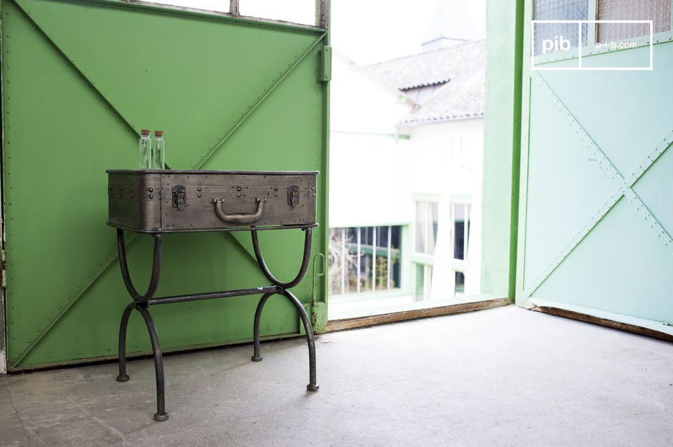 La table Louis Latch est un meuble qui sort tout à fait de l\'ordinaire et qui apportera une touche d\'humour et de style industriel vintage à votre intérieur