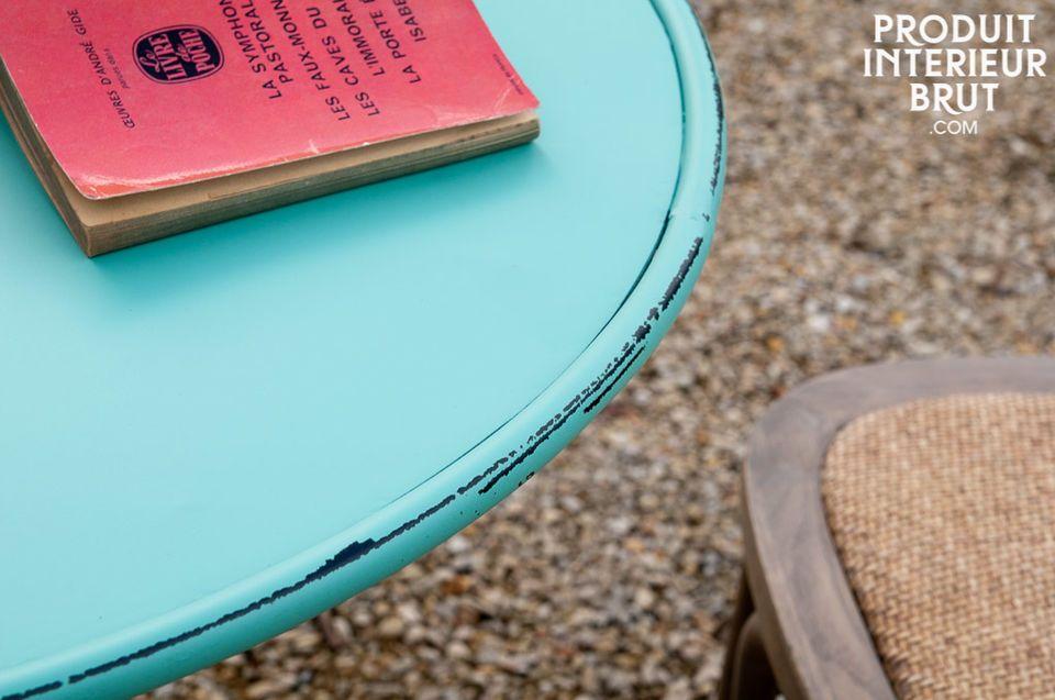 Une table ronde au coloris plein de fraîcheur