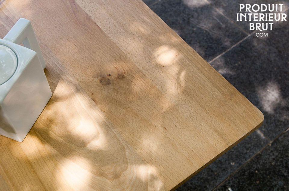 Disposant de renforts métalliques sous son plateau, la table Möka affiche une grande solidité