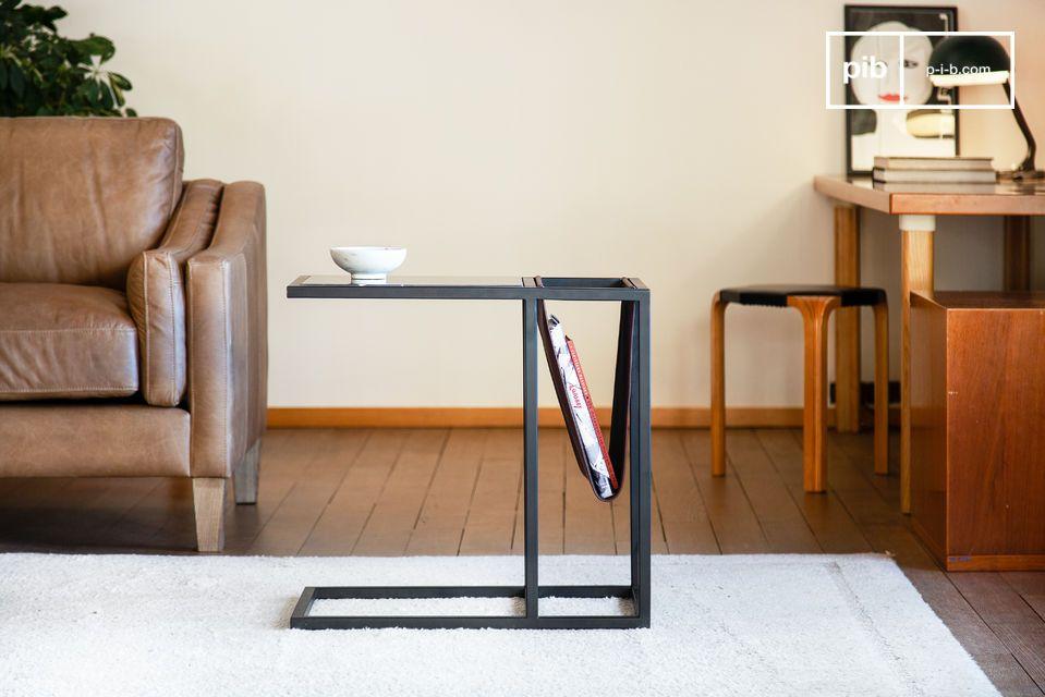 Une table porte-revues en cuir et élégant marbre noir