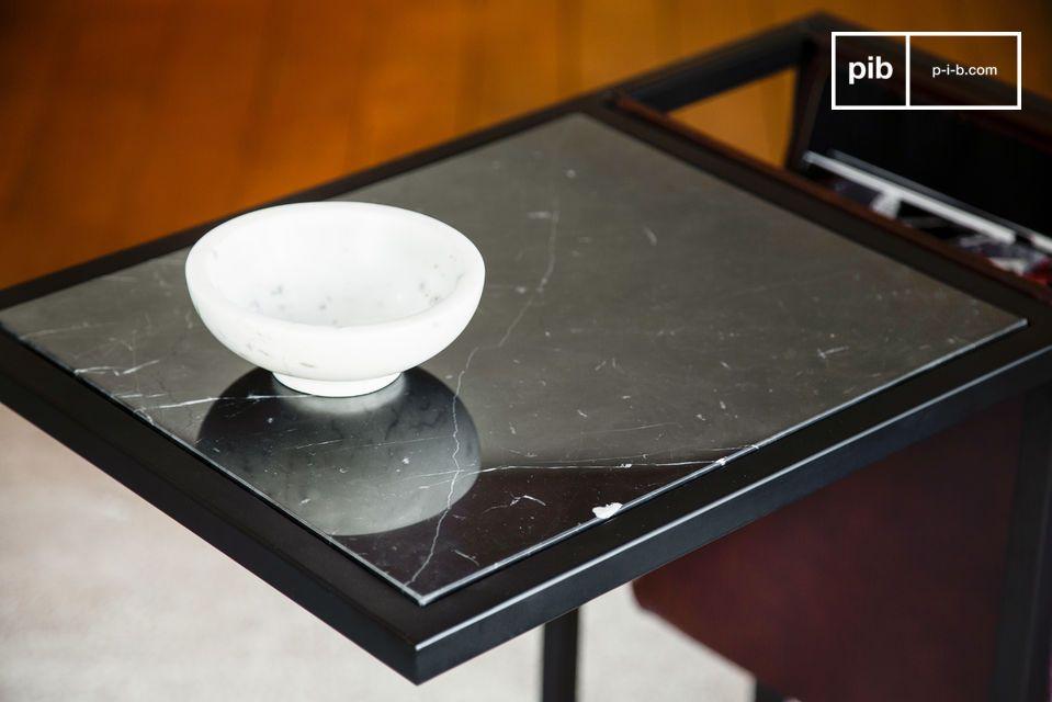 Meuble de qualité mariant tablette de marbre noir veiné et porte-revues latéral en beau cuir