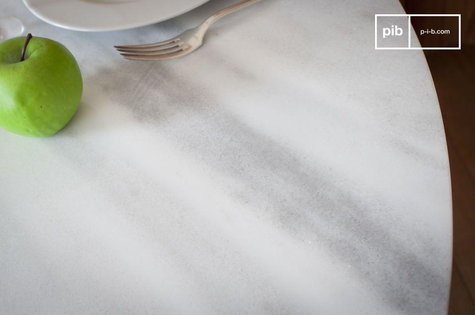 Ses lignes douces et légères font de la table ronde Lemvig un élément décoratif clair et