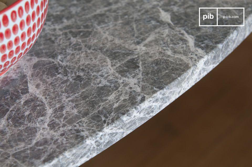 Robuste grâce à son plateau en marbre et son piètement en métal d\'un seul tenant
