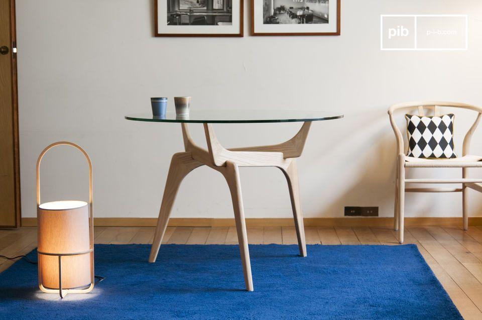 Les lignes rétro d'une table ronde arty mariant verre et bois