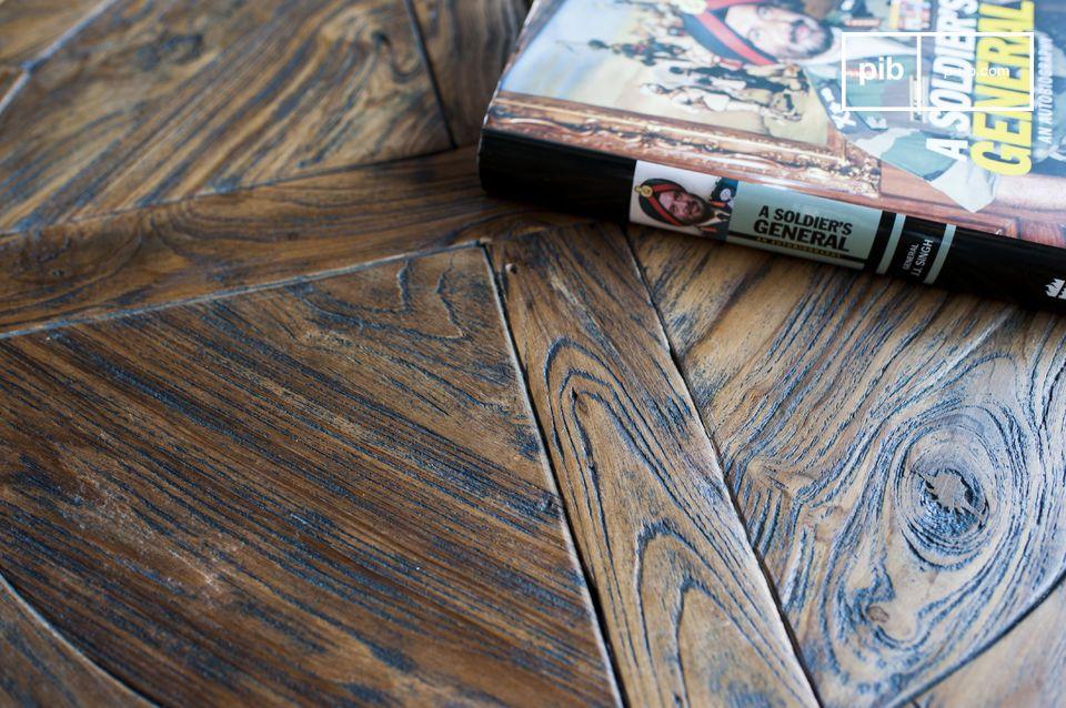 Table en bois et en métal dans au design typique industriel