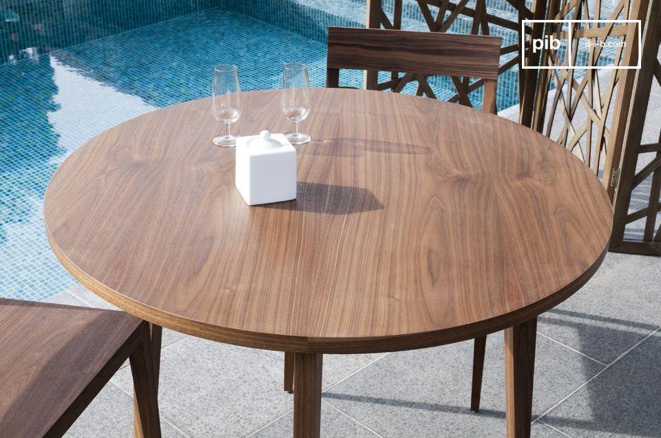 Convivialité d'une table ronde, élégance et beauté du noyer massif