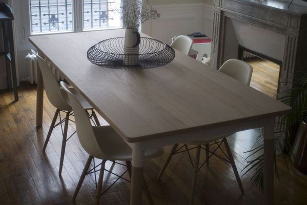 Table scandinave en bois par Lachlan