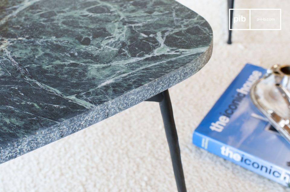 Le plateau de la table tripode Maybury est conçu en marbre vert nervuré