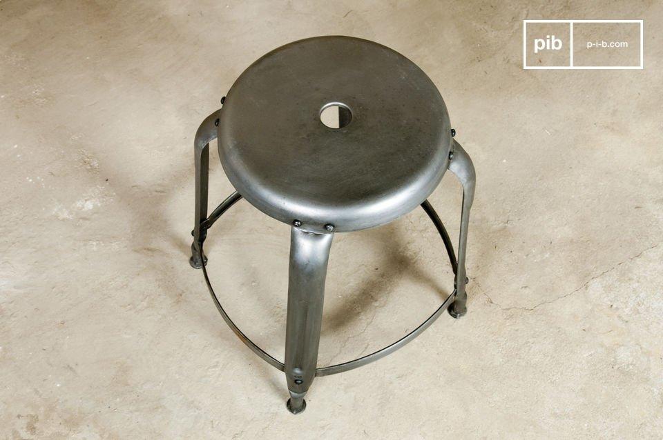 Esprit d'atelier garanti avec ce tabouret en métal patiné