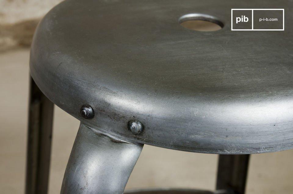 Vous apprécierez les nombreux rivets apparents et la finition métallique juste patinée
