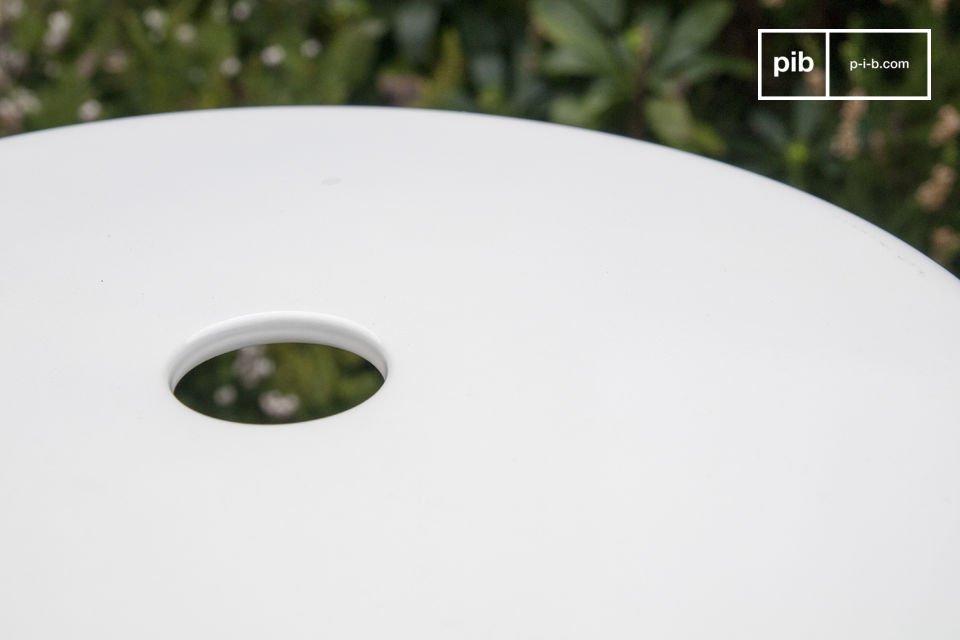 Le tabouret d\'atelier à rivets blanc affiche une finition lumineuse pour un rendu très épuré