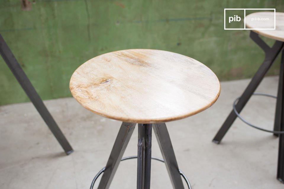 Un siège haut en bois de manguier et aux pieds métalliques