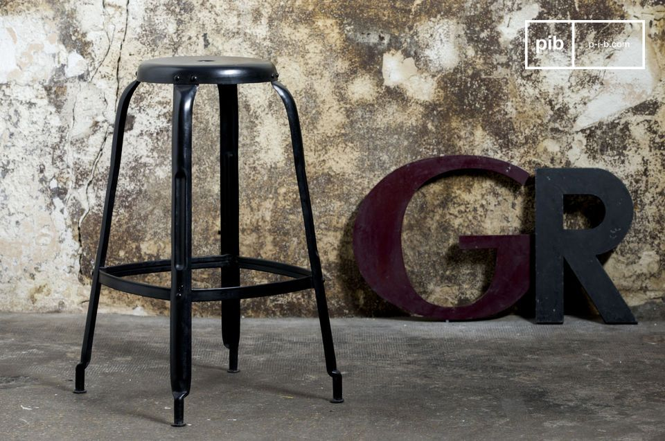 Grand tabouret noir brillant au style industriel.