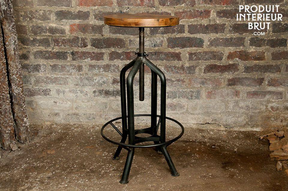 Doté d\'une assise en bois et d\'une structure métallique noire mat