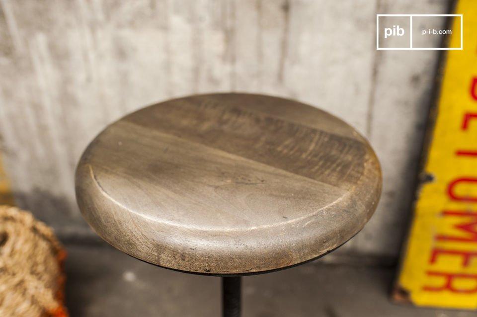 Le tabouret de fonderie est composé d\'un belle assise ronde en bois réglable en hauteur (de 42 à 56cm) possédant l\'aspect naturel du bois massif, contrastant avec la base noire en fonte