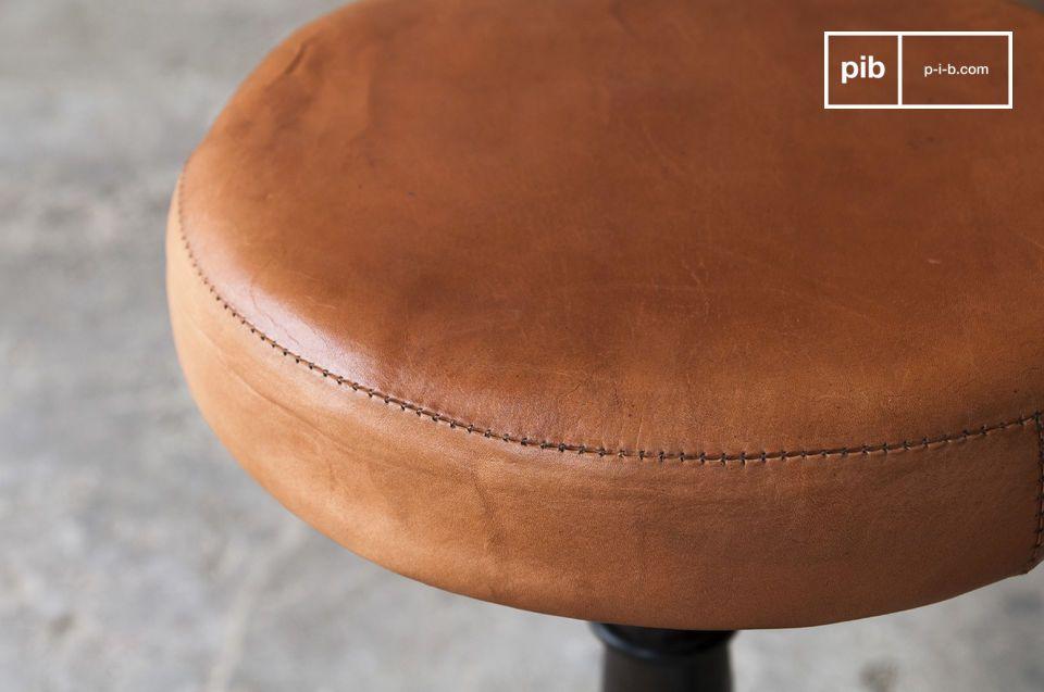 Le tabouret metal et cuir de tailleur avec assise en cuir puise son style dans d\'anciens ateliers
