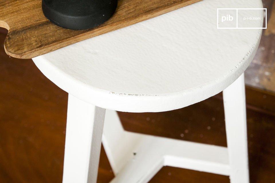 Un petit meuble campagne chic à utiliser en tabouret ou table d'appoint