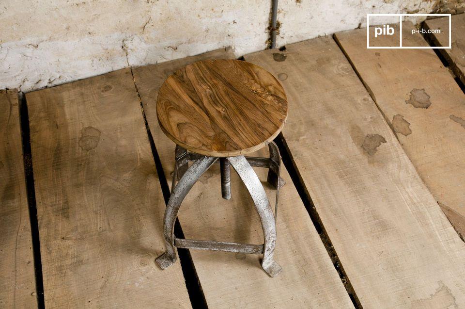Un piètement très brut, une assise en teck massif