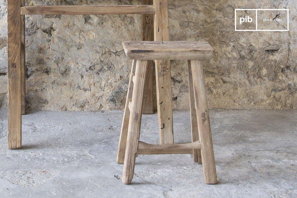 Un tabouret robuste et léger qui met en valeur le bois brut ancien