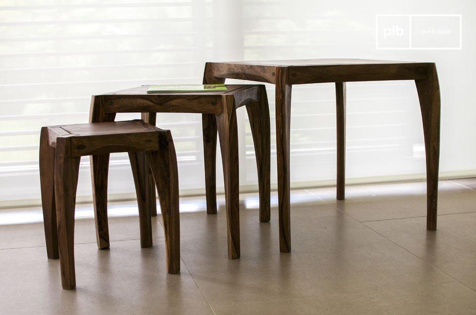 Appréciez le soin tout particulier porté à ces trois tables