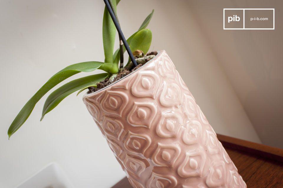 Un vase en céramique rose ouvragé d'un style vintage plein de douceur