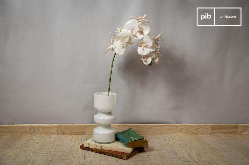 Un vase cylindrique tout en verre qui s\'accordera tant avec une deco vintage inspirée des années 50 à 80, que dans un intérieur au design très contemporain